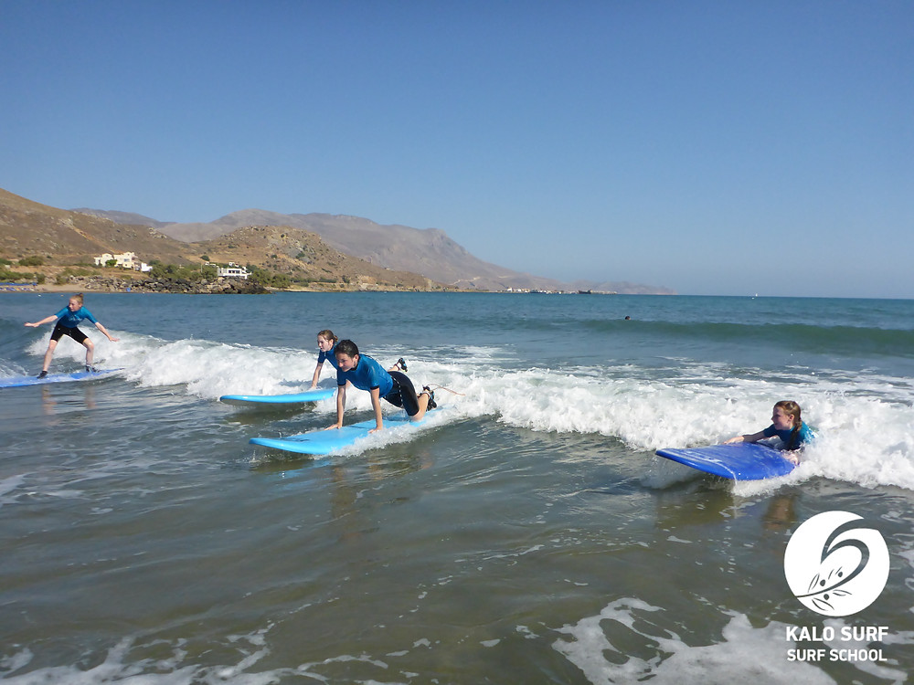 group surf lesson catching waves