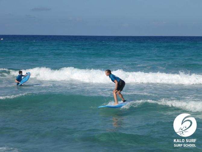 Kurven Surfen beim Wellenreitkurs auf Kreta
