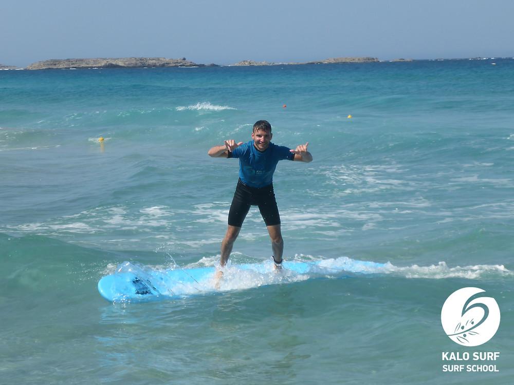 Wellenreiten auf Kreta, mit einem Lächeln
