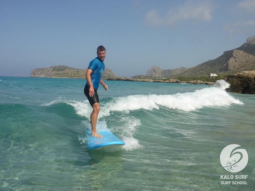 Wellenreiten auf Kreta - Kurven surfen