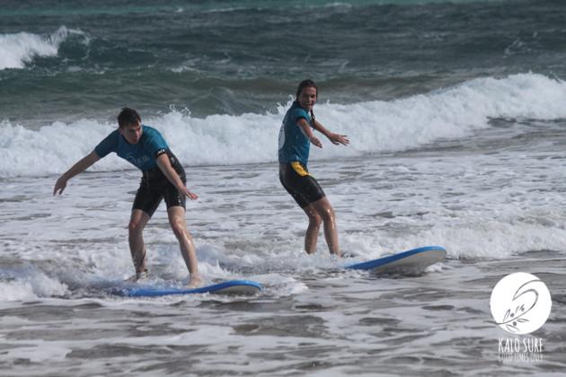 Zwei Surfer beim Wellenreiten in Griechenland