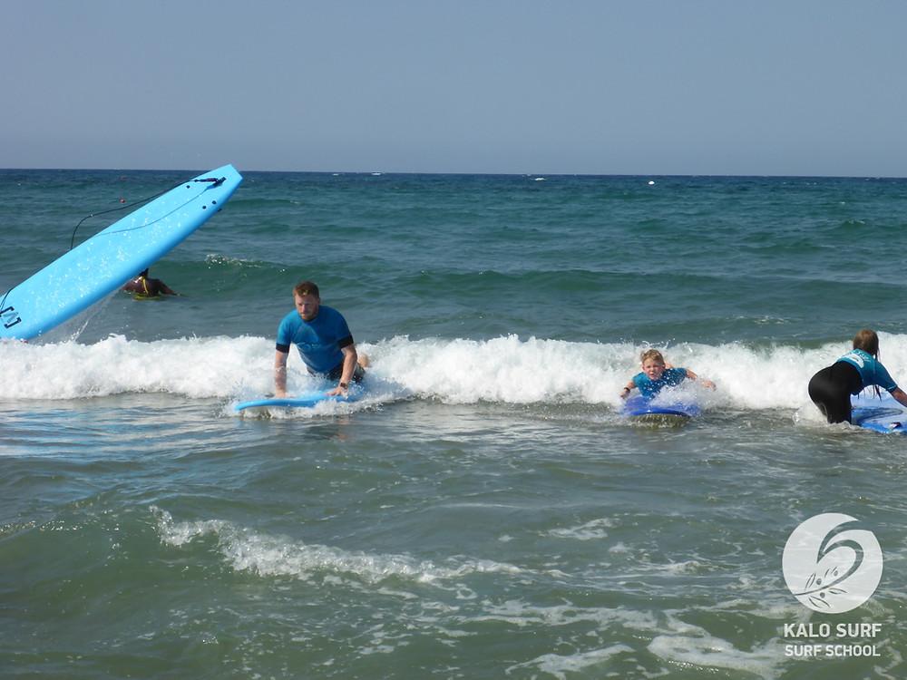 Vater und Sohn beim Wellenreitkurs auf Kreta