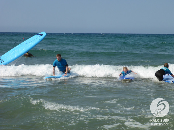 Wellenreiten lernen auf Kreta - ein Spaß für die ganze Familie