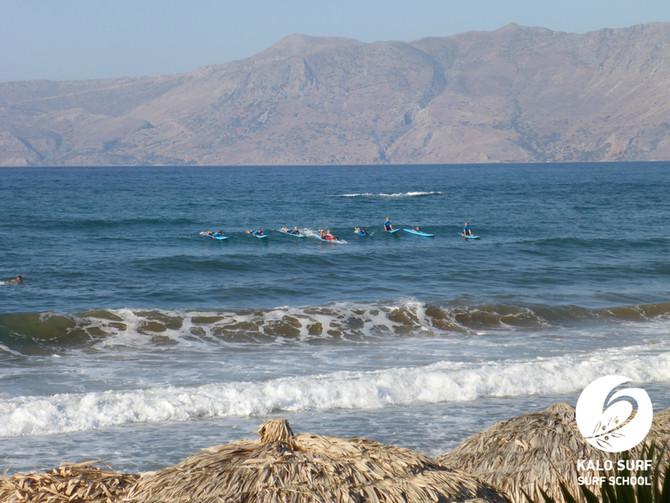 Wir paddeln ins Line-up zum Wellenreiten auf Kreta