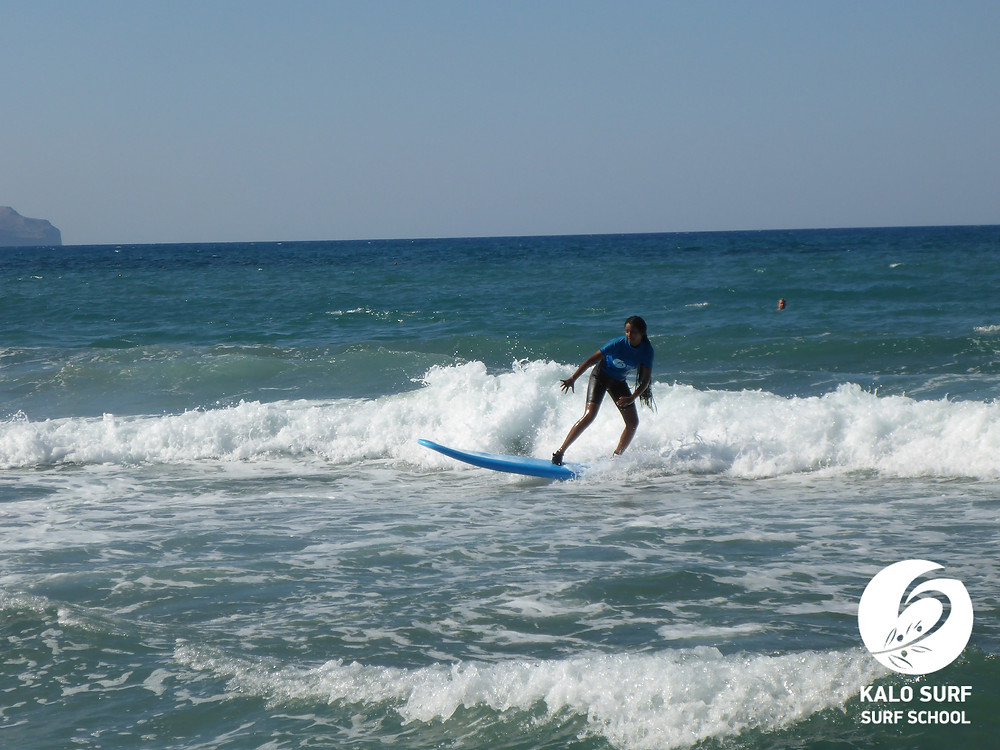 Surferin in den Wellen in Kissamos