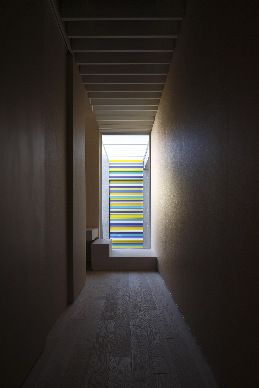 2階への通路とアート/CASA BARCA/豪邸 高級別荘建築