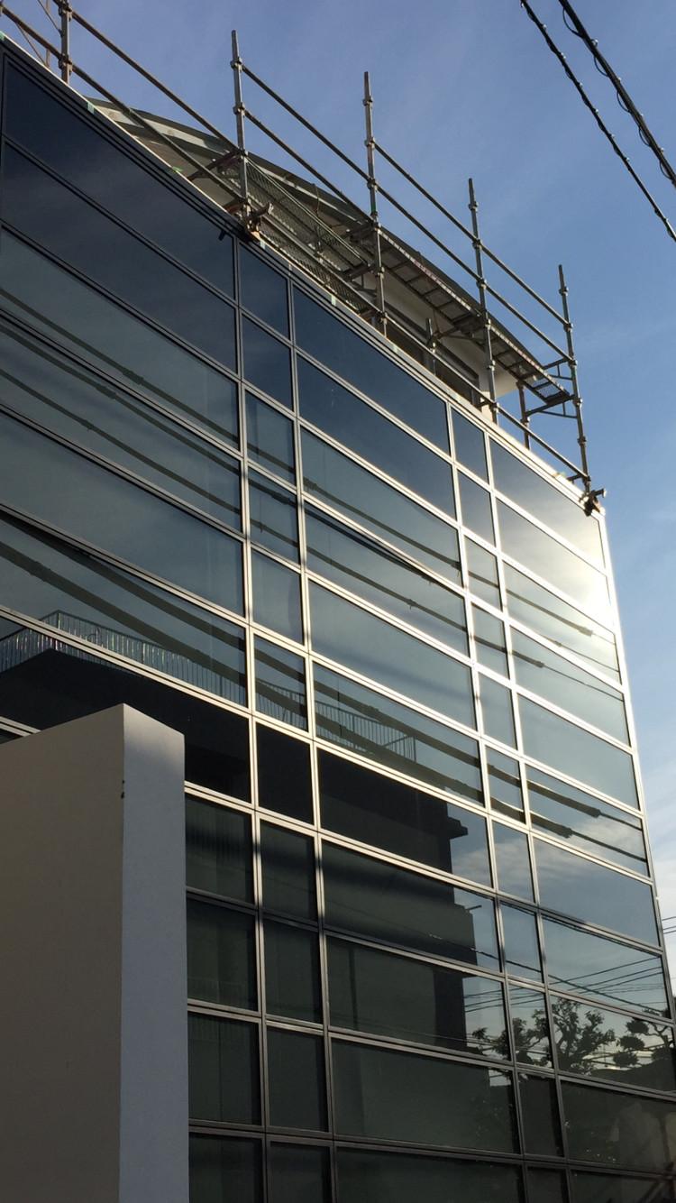 ファサード:黒いガラスカーテンウォール