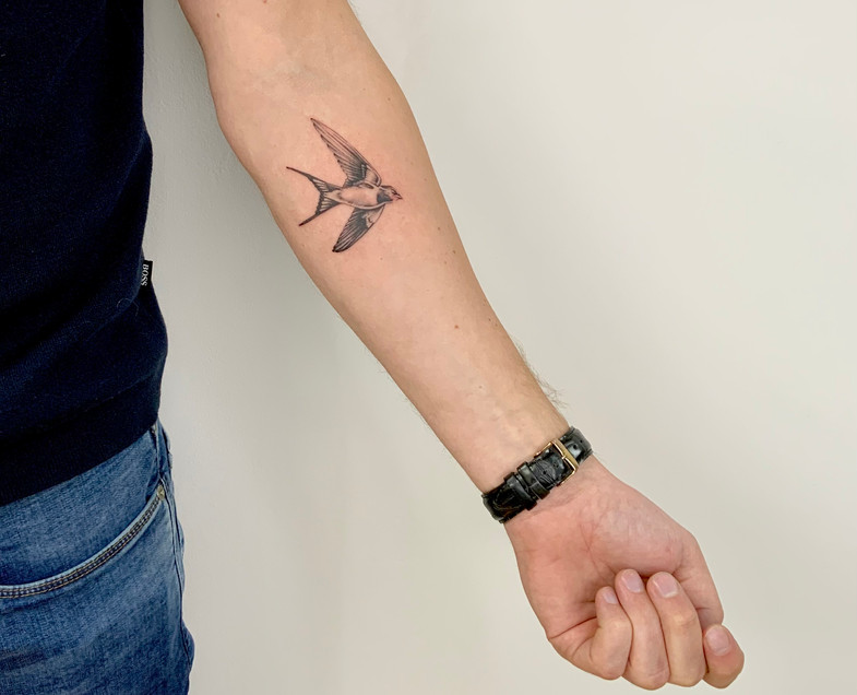 Fineline swallow by Gien Amsterdam Tatto