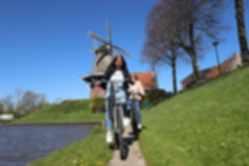 Meike en mama op de fiets