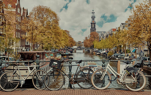 Bikes%20at%20Amsterdam%20Canal_edited.jp