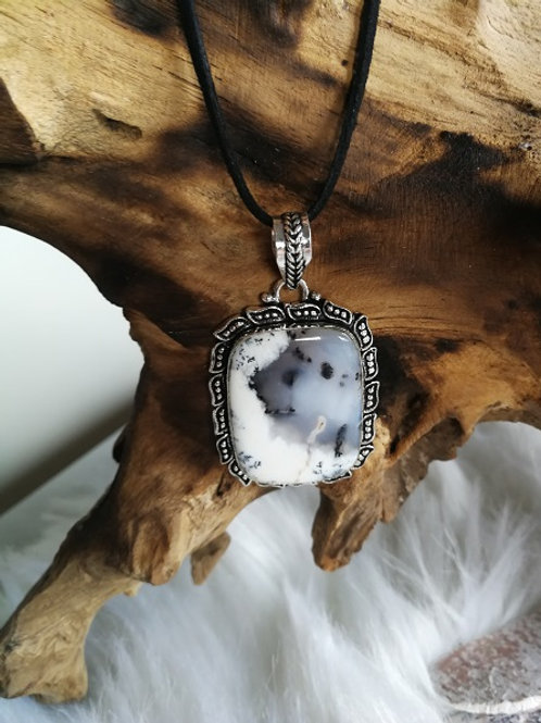 Scenic Dendrite opal m/sort halskæde