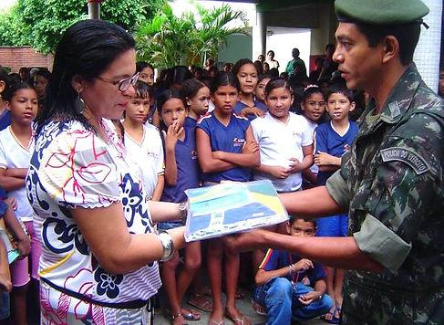 Soldados entregam mais do que bandeiras, compartilham conhecimento