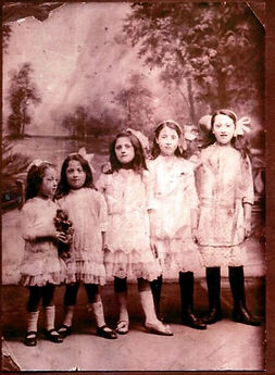 Jennys mother Evelyn with sisters 1914.j
