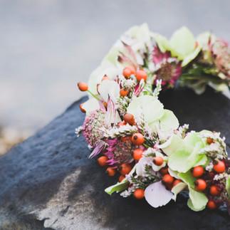 Blumenkranz auf einem Stein