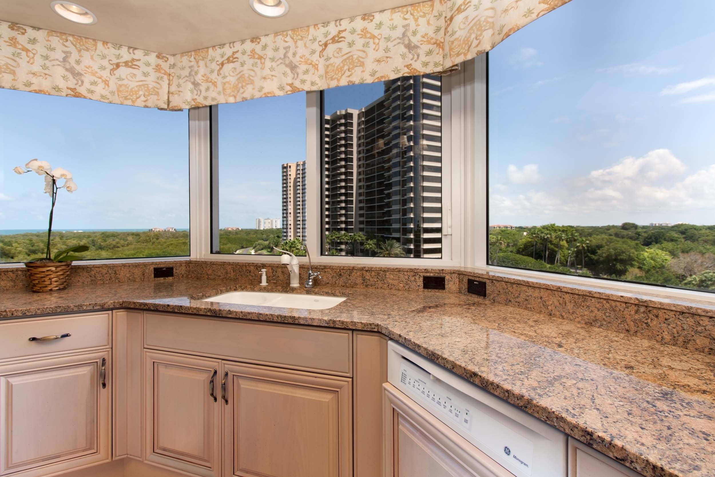 Panoramic Views, Gourmet Kitchen