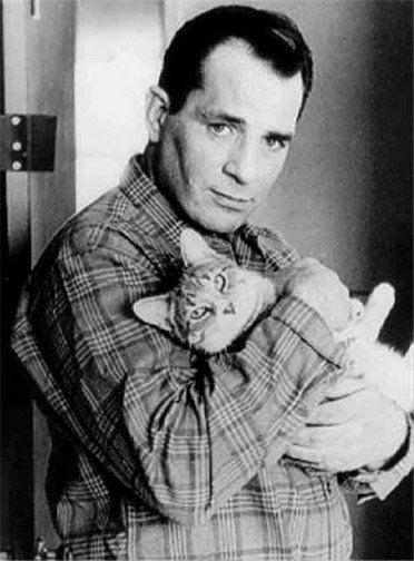 Jack Kerouac con su gato / Foto: Jerry Bauer