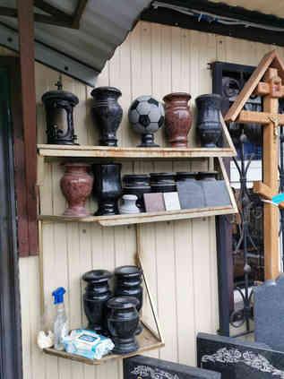 Гранитные вазы, гранитные лампадки, гранитный мяч, ритуальные принадлежности
