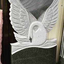 Памятник с лебедем