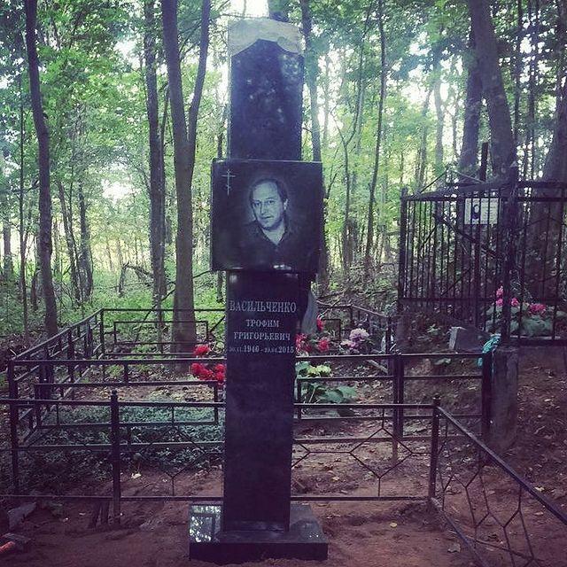 Установленный памятник в виде колонки. Для установки на склоне , потребовалось детальное исследовани