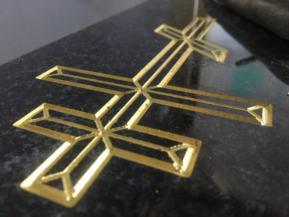 Глубокая гравировка креста  с покрытием сусальным золотом