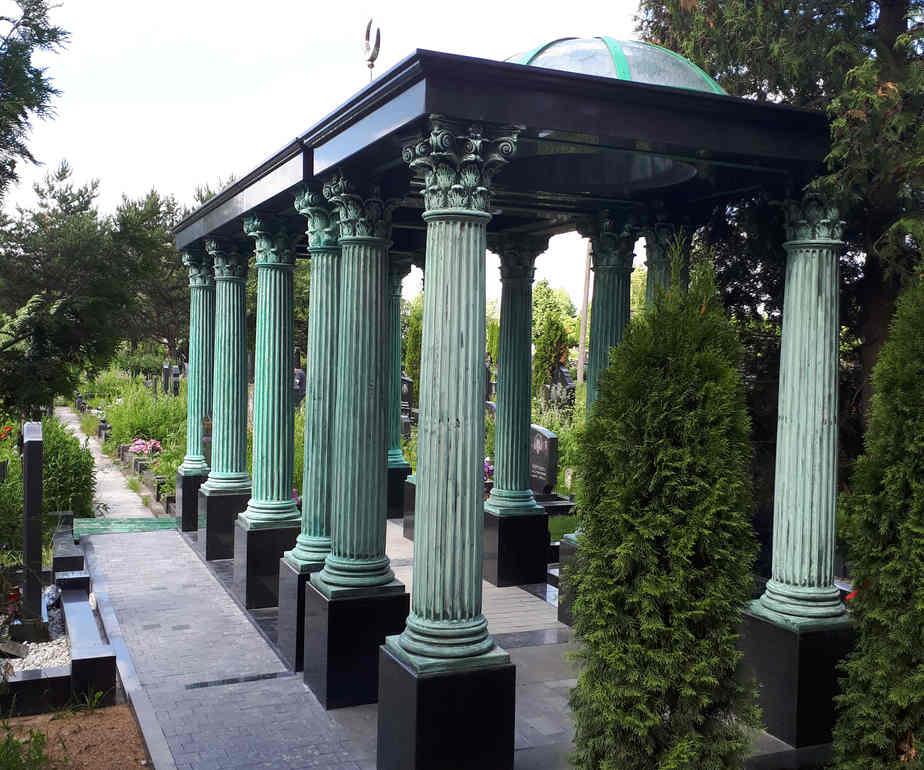 Могила с колоннами