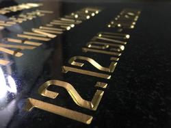 Глубокая гравировка с покрытием сусальным золотом