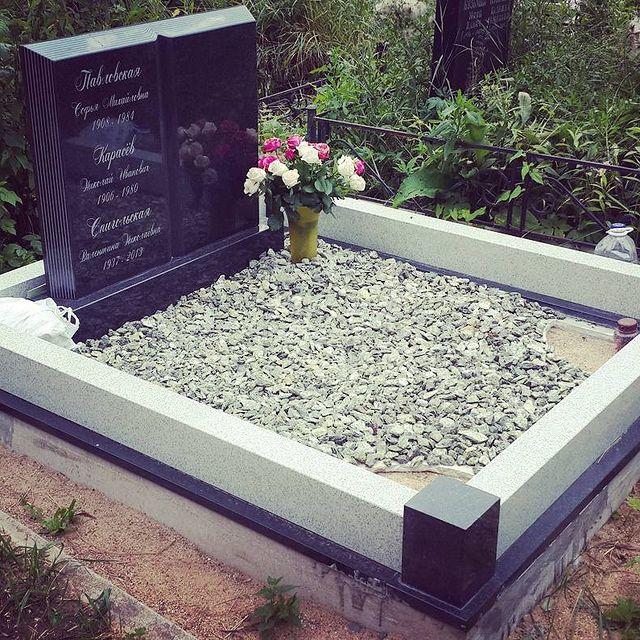 Памятник книга 130х100 см (диабаз)., цоколь (мансура) сечение 10х15, верхняя облицовка бетона (диаба