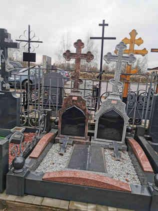Резной памятник с крестом из гранита