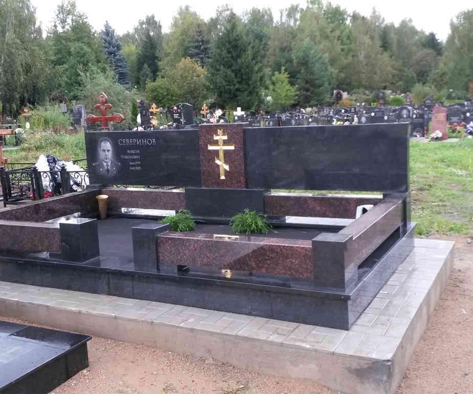 Облицовка бетонного цокля на кладбище