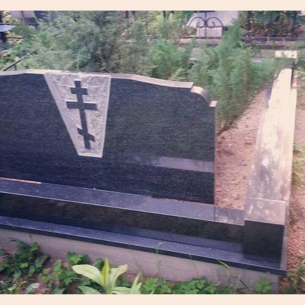 Рубленный крест с тыльной стороны стелы