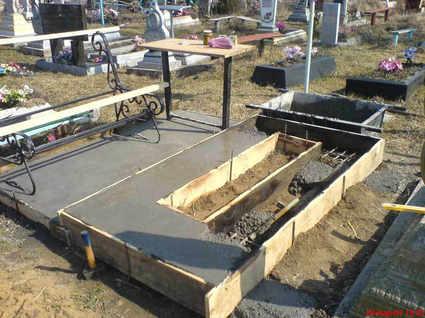 Залитие цоколя на кладбище