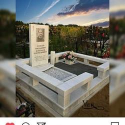 Мемориальный ансамбль в исполнении белого мрамора. Гравировка на памятнике выполнена с применением с