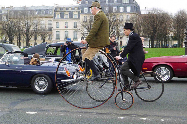 - The Traversée de Paris: On Sunday, January 13th,  500 cars and twenty motorcycles in the retro, through the squares and famous monuments of Paris!
