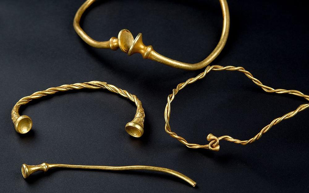 """Гривна - це була прикраса, яку носили на шиї, такий обруч на """"загривку"""" із золота з коштовним камінням або ж амулет, намисто чи навіть медальйон."""