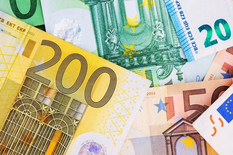 Є́вро (латинською Euro, грецькою Ευρώ, кирилицею Евро) — офіційна валюта 19 з 28 країн Європейського Союзу, відомих як Єврозона. Використовується також в 6 інших європейських державах, загалом є рідною для понад 337 мільйонів європейців.
