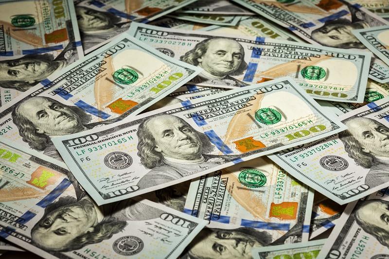 До́лар США або Америка́нський до́лар (англ. United States dollar, US dollar, American dollar; код: USD, символ: $) — офіційна валюта Сполучених Штатів Америки та деяких інших країн. Поділяється на 100 центів (¢). В обігу перебувають монети номіналом 1, 5, 10, 25, 50 центів і 1 долар та банкноти в 1, 2, 5, 10, 20, 50 і 100 доларів. Правом емісії володіє Федеральна резервна система, яка виконує в США функції центрального банку.
