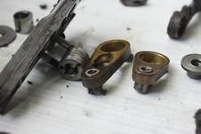 réparation d'une machine à coudre par Régis Guthmann