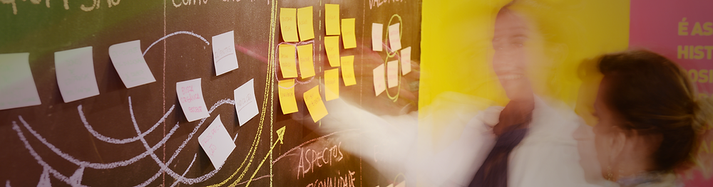 Equipe em desenvolvimento de estratégia de arquitetura para portal universitário PUC-PR