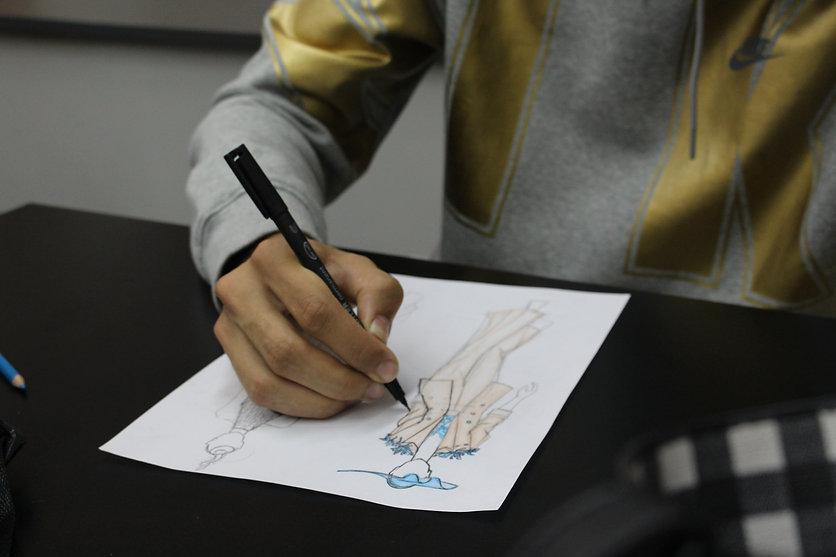 Aluno do Curso Profissional de Técnico(a) de Design de Moda a trabalhar em um projeto - Esprominho - Escola Profissional do Minho