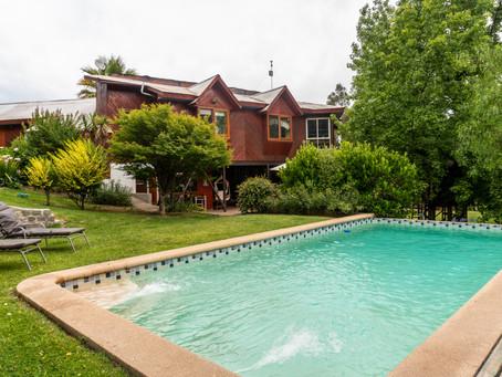 Hermosa casa estilo campestre en exclusivo Condominio Mirador Los Nogales.