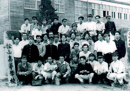 松山高校(最後列右から4人目・前列左から4人目が岩村昇氏).jpg