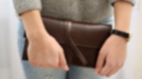 Mädchen mit brauner Brieftasche
