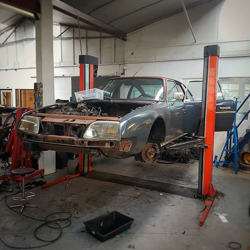 Taking this Citroën CX appart, alot will