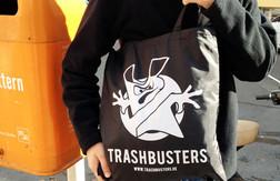 Trashbuster-Logo auf aus einem aus recycleten Plastikflaschen herstellten Beutel.
