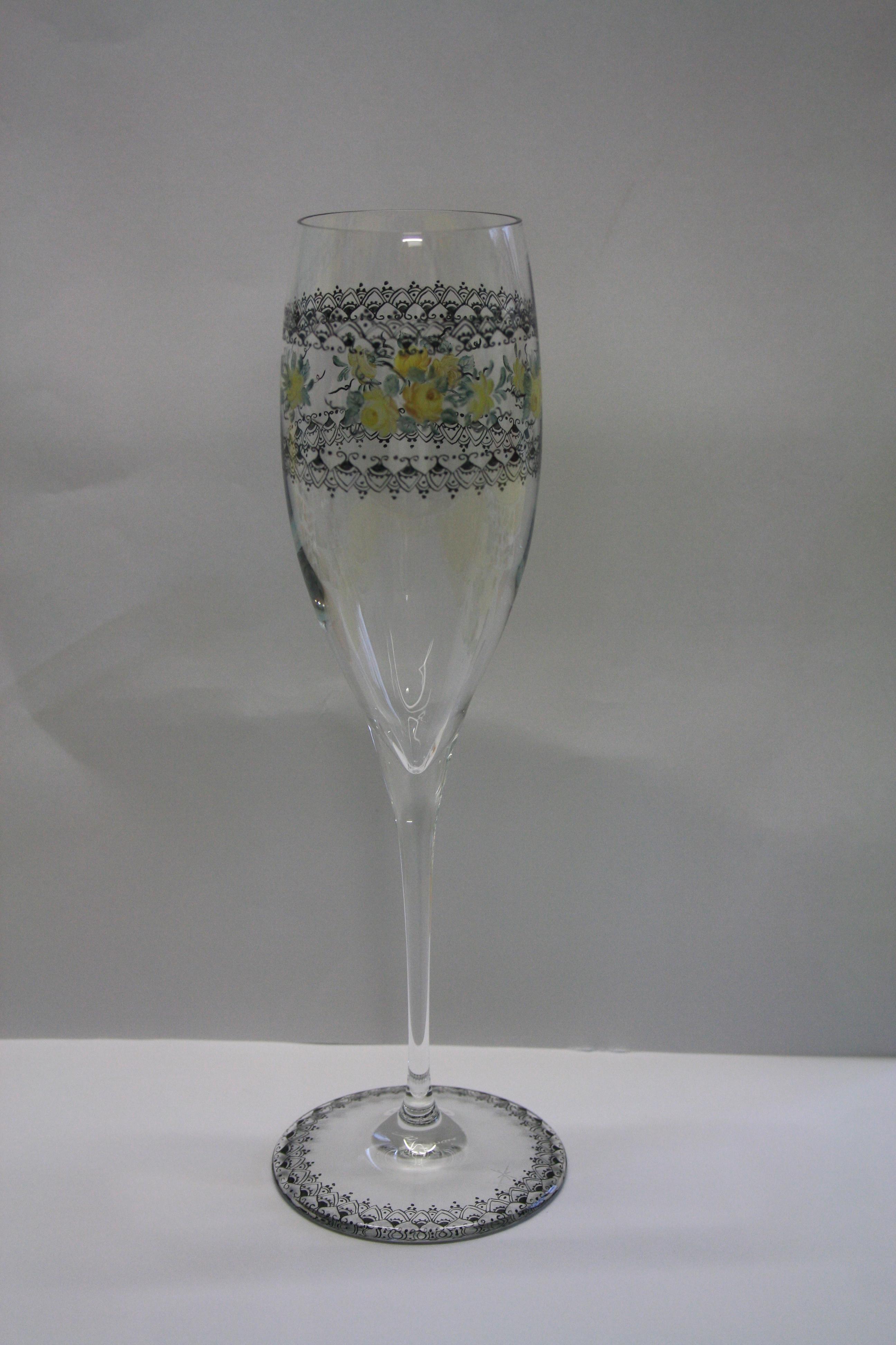 Coupe de champagne avec roses jaunes