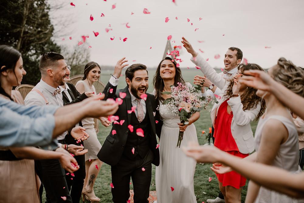 ceremonie-laique-lance-petales-roses