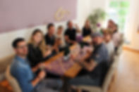 Weinbar mit Gästen