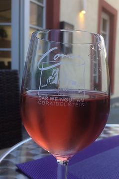 Ein Glas Rosé in der Comes Weinbar genießen