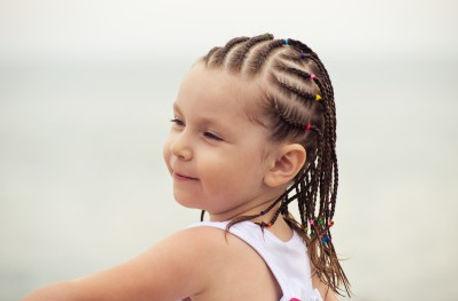 עמדת צמות וקישוטי שיער לילדים
