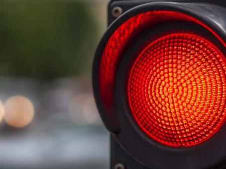 """A nova lei de trânsito permite """"furar"""" o sinal vermelho?"""